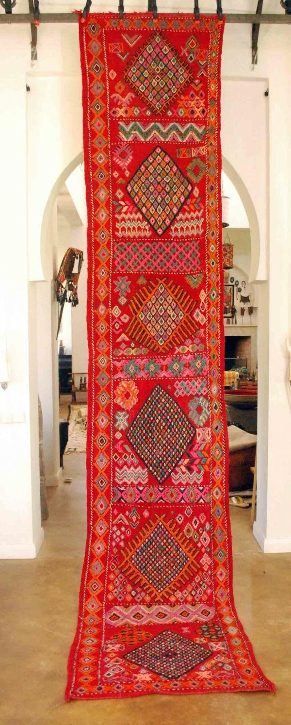 rote-hängende-marokkanische-teppiche