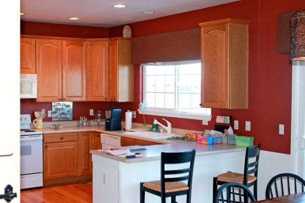 rote-küchen-wandfarbe-barhocker-im-zimmer