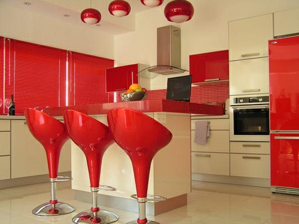 rote-küchen-wandfarbe-drei-coole-rote-barstühle