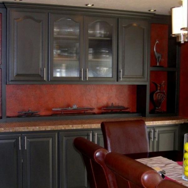 rote-küchen-wandfarbe-dunkle-schränke