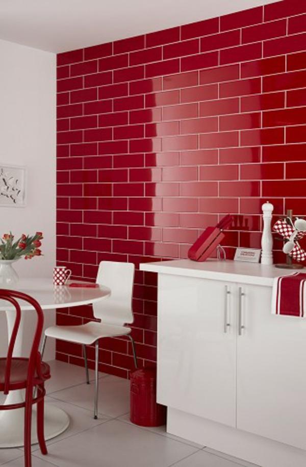 rote-küchen-wandfarbe-schrank-in-weiß