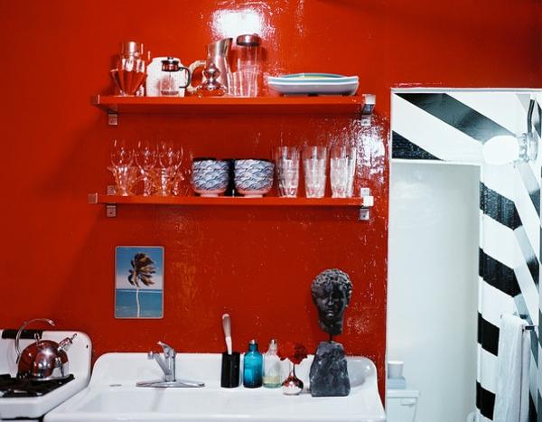 rote-küchen-wandfarbe-weiße-elemente