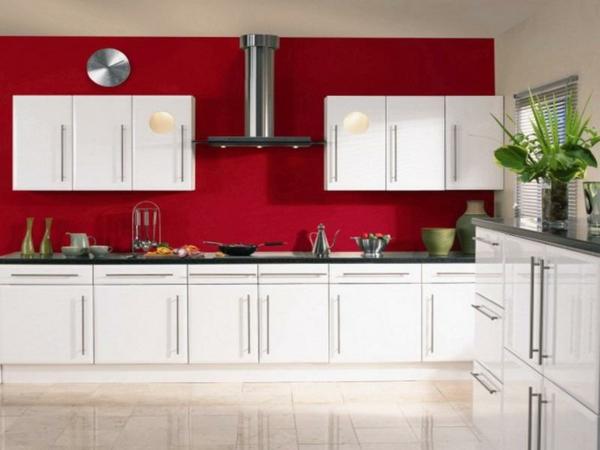 rote-küchen-wandfarbe-weiße-schränke