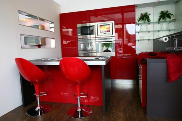rote-küchen-wandfarbe-zwei-schicke-barhocker