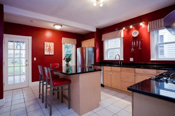 rote wände in einer modernen großen küche