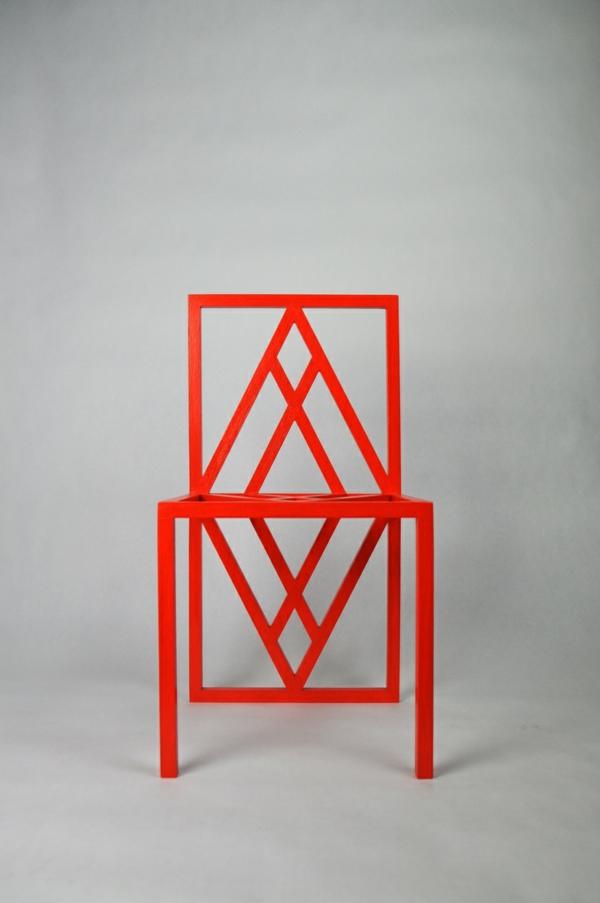roter-Stuhl-mit-extravagantem-Design