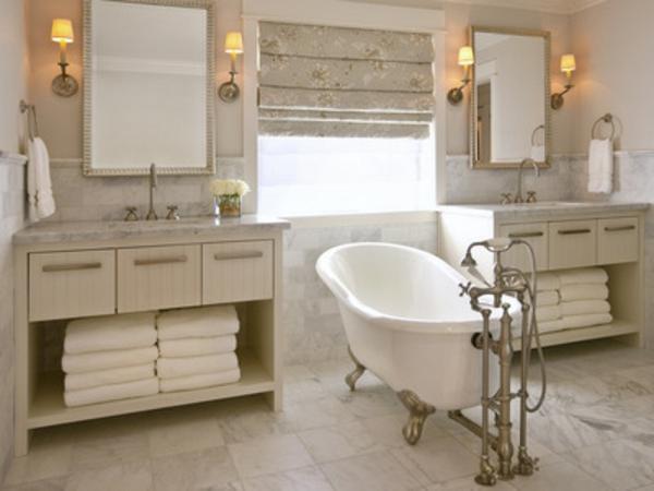 rustikales-badezimmer-mit-rollos-für-badfentser