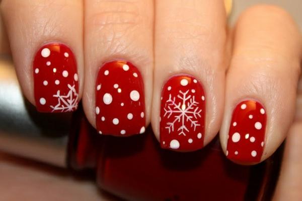 schön-dekorierte-Nägel-für- Weihnachten-mit-glänzenden-Sternchen