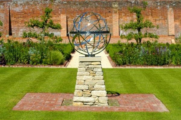 schöne-Gartendeko-Idee-Rasenfläche-Skulptur-Metall-Edelstahl - super aussehen