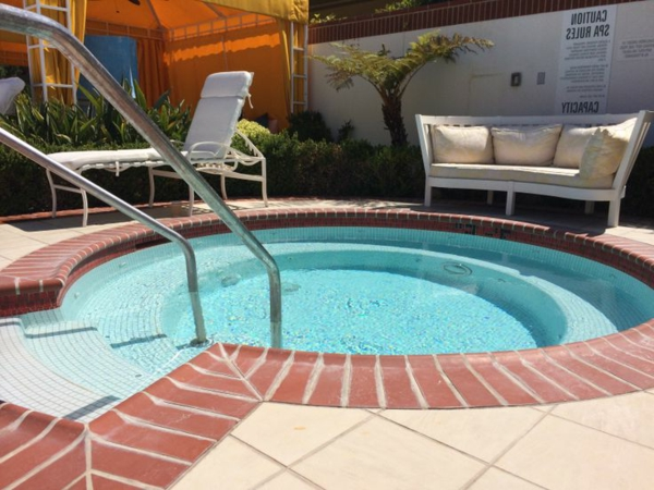 -schöne-Ideen-für-die-Gestaltung-eines-perfekten-Gartens-mit- -runder-Whirlpool