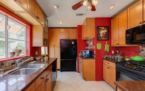 schöne-rote-küchen-wandfarbe