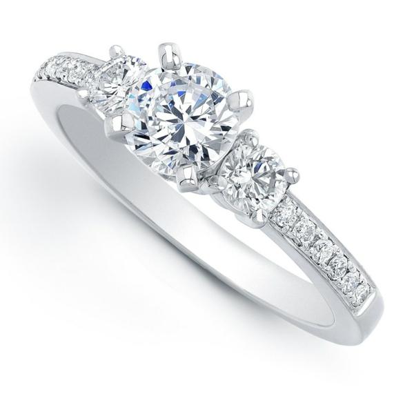 schöner-Verlobungsring-mit-drei-Steinen