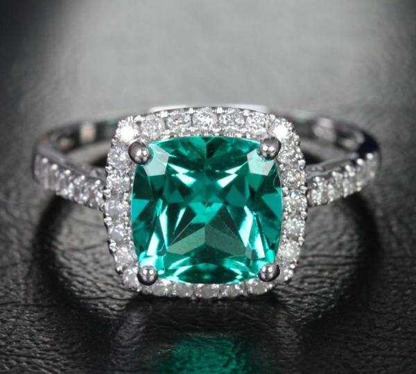 schöner-Verlobungsring-mit-grünem-Stein