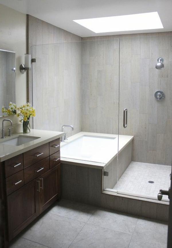schönes-Badezimmer-mit-toller-Einrichtung-Badewanne-und-Dusche