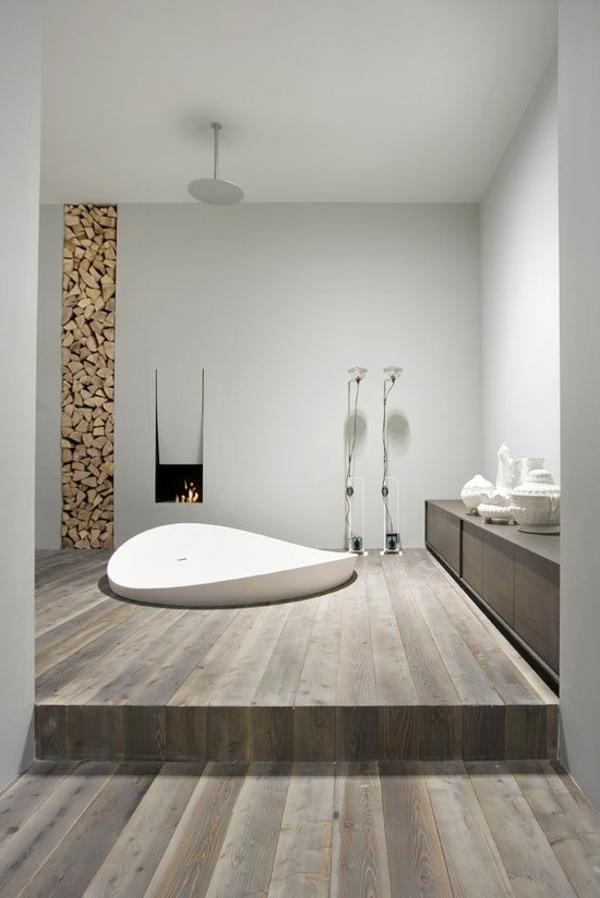 schönes-Badezimmer-mit-toller-Einrichtung-Holzboden
