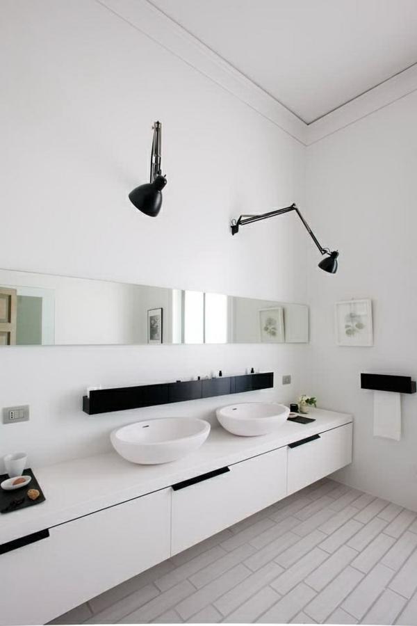 schönes-Badezimmer-mit-toller-Einrichtung-in-Schwarz-und-Weiß