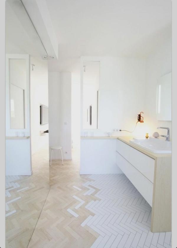 schönes-Badezimmer-mit-toller-Einrichtung-interessanter-Boden