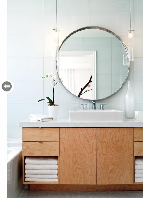 schönes-Badezimmer-mit-toller-Einrichtung-und-rundem-Spiegel