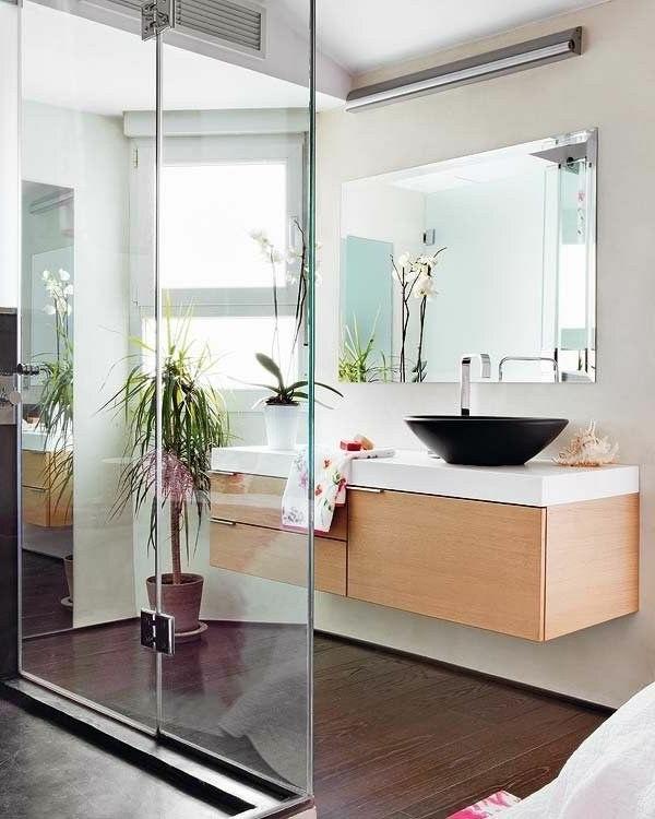 schönes--Badezimmer-mit-toller-Einrichtung