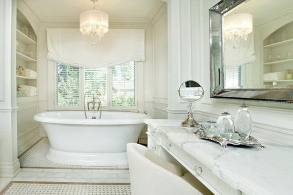 schönes-weißes-bad-mit-weißen-rollos-für-badfentser