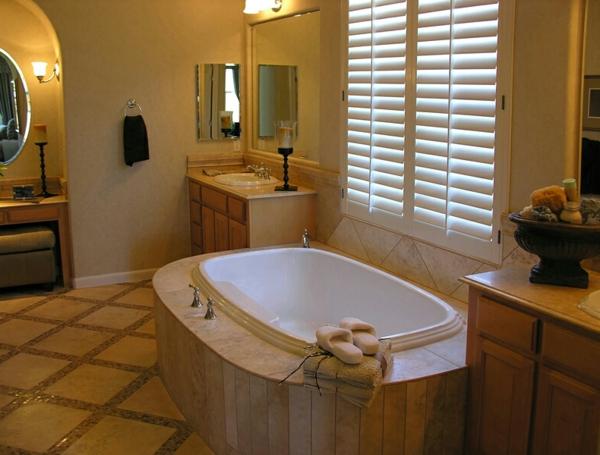schickes-badezimmer-mit-rollos-für-badfentser