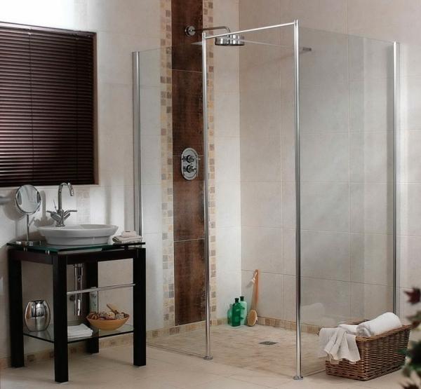 schickes-design-vom-badezimmer-mit-rollos-für-badfentser