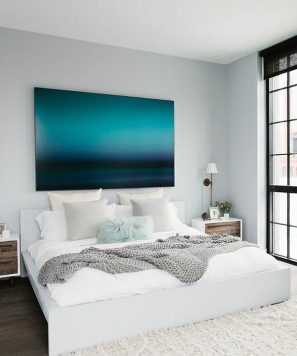 schlafzimmer-modern-gestalten-blaues-cooles-bild-an-der-weißen-wand