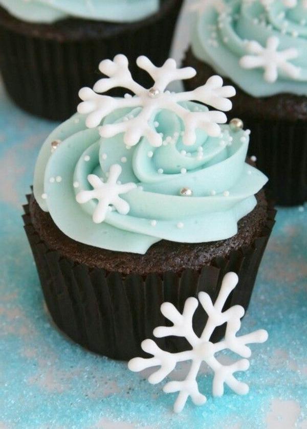--schmackhafte-Cupcakes-für-Weihnachten-backen-Schneeflocken