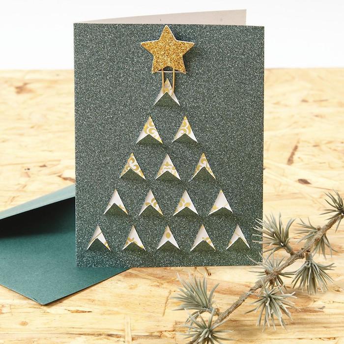 Weihnachtskarte basteln, aus Glitzerpapier, kleine Dreiecke ausschneiden in Form von Weihnachtsbaum