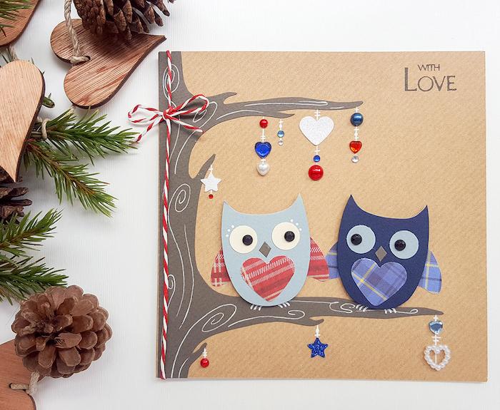 Weihnachtskarten basteln, zwei verliebte Eulen auf Baumzweig, mit kleinen Perlen verziert