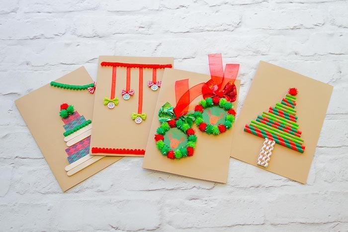 Weihnachtskarten mit Eisstielen, kleinen Bommeln, Strohhalmen und Knöpfen verzieren