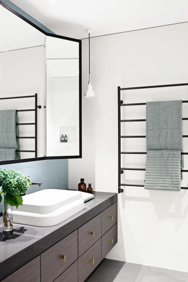 schwarzer-heizender-Handtuchhalter-im-Badezimmer