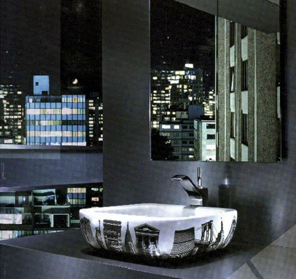 schwarzes-schickes-beeindruckendes-badezimmer-mit-einem-designer-badspiegel