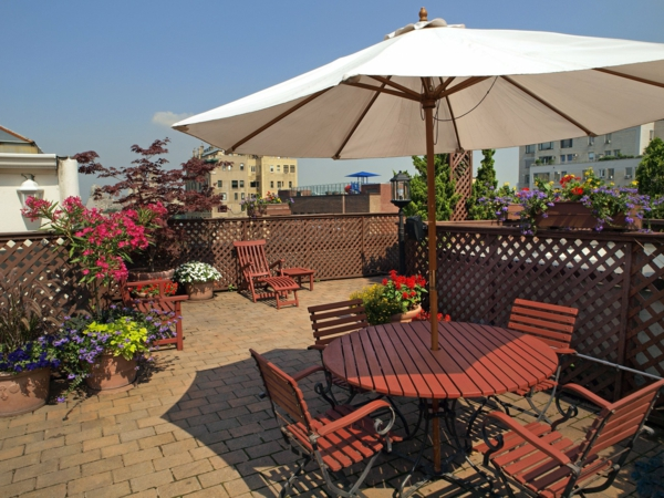 super-große-Terrasse-mit-modernen-Möbeln-einrichten