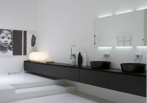 super-großes-badezimmer-mit-einem-designer-badspiegel