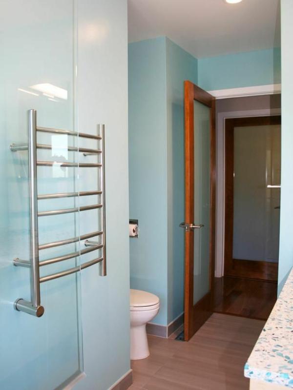 super-moderner-Handtuchhalter-für-das-Badezimmer-mit-hellblauen-Wänden