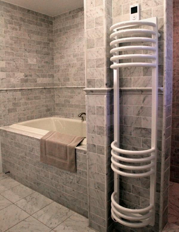 super-modernes-Badezimmer-mit-Badewanne-und-Heizkörper-und-Handtuchhalter-