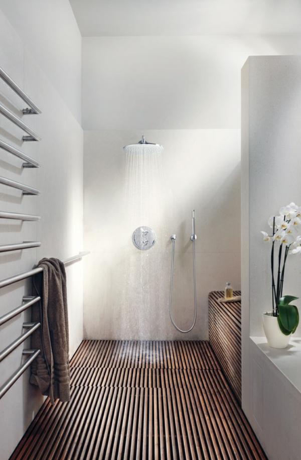 super-modernes-Badezimmer-mit-Heizkörper-und-Handtuchhalter--