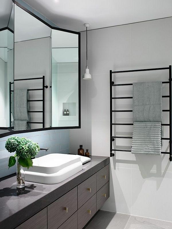 super-modernes-Badezimmer-mit-Heizkörper-und-Handtuchhalter-in-Schwarz