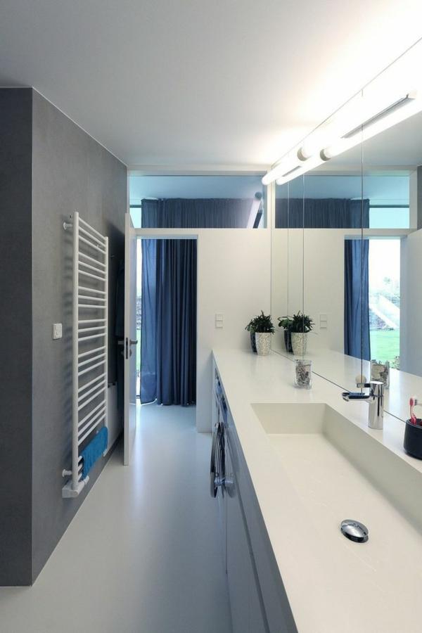 super-modernes-Badezimmer-mit-Heizkörper-und-Handtuchhalter-in-Weiß