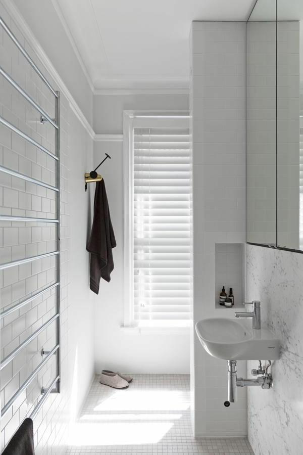 Super Modernes Badezimmer Mit Heizkörper Und Handtuchhalter