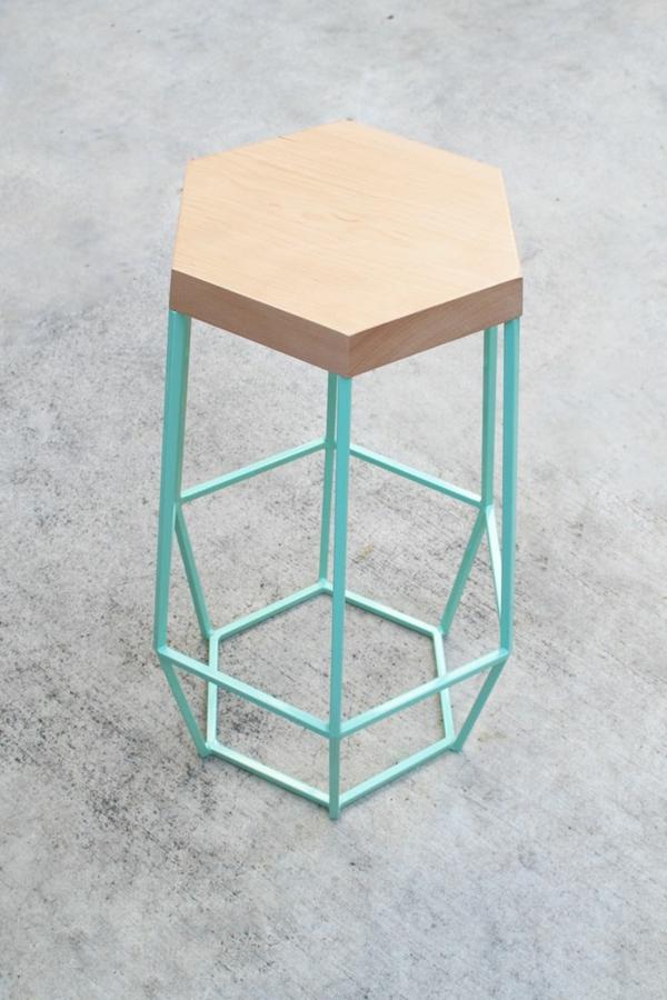 super-schöner-Hocker-mit-hellblauer-Konstruktion