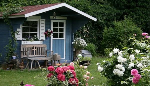 super-schönes--Gartenhaus-aus-Holz-in-Blau