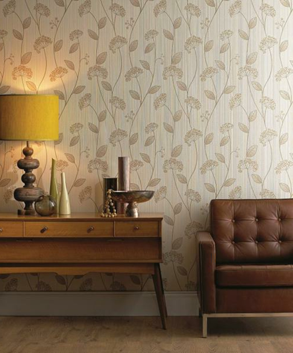 tapeten-farben-ideen-braunes-sofa-und-helle-tapete