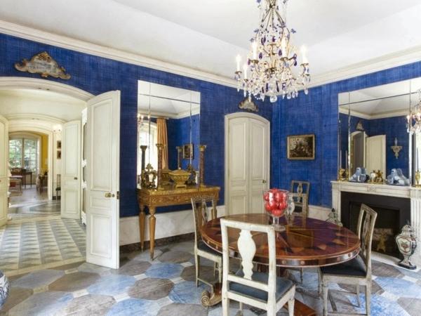 tapeten-farben-ideen-dunkel-blaue-wände-und-ein-kronleuchter
