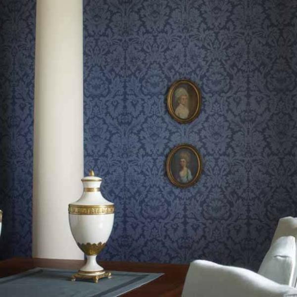 tapeten-farben-ideen-eine-weiße-säule-vor-der-blauen-wand