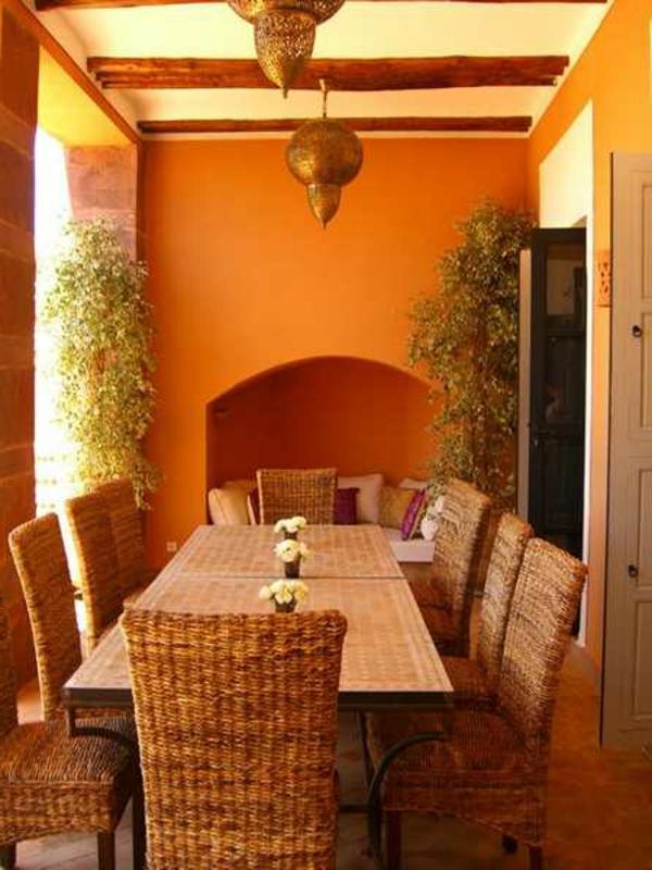 tapeten-farben-ideen-orange-esszimmer-mit-einem-riesigen-tisch