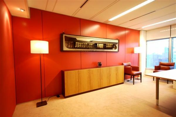 tapeten-farben-ideen-rote-wand-sehr-modern