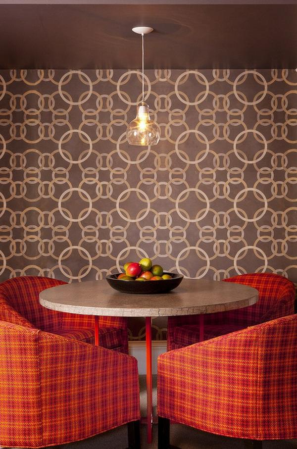 tapeten-farben-ideen-schöne-tapete-in-braun-und-rote-stühle