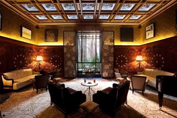 tapeten-farben-ideen-schönes-licht-im-braunen-wohnzimmer